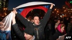 Участники пророссийской демонстрации в Донецке