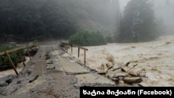 Разрушенный стихией мост в Чубери