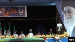 نمایی از یک موشک ایرانی میان برد در رژه هفته موسوم به «هفته دفاع مقدس» در تهران.(عکس: EPA)