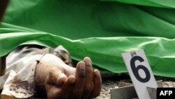 جسد قربانی یکی از حملههای انتحاری ببرهای تامیل به مسجدی در سریلانکا