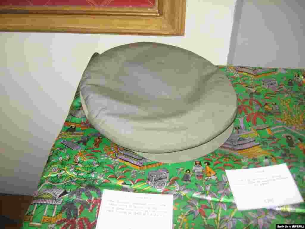 Când ieșea printre oameni purta o eternă șapcă proletară, să le arate că nu uită de unde a plecat, dar nici ei să nu uite unde au ajuns. Șapca a fost o moștenire iconică preluată de Ion Iliescu, și el un nostalgic al epocii comuniste.