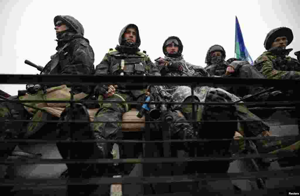 Українські солдати сидять на бронетранспортері біля селища Луганське, 24 вересня 2014 року