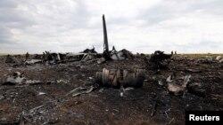 Уламки літака Іл-76, збитого бойовиками на Донбасі, внаслідок чого загинули 49 людей, Луганщина, 14 червня 2014 року
