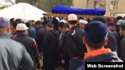 Собравшиеся на поминальную молитву жители города несут завернутое в саван тело Максата Досмагамбетова. Жанаозен, 1 октября 2018 года.