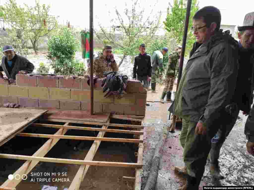Өзгөчө кырдаалдар министринин орун басары Равшан Рысбаев жетектеген ыкчам топ Лейлек районунда жүрөт.