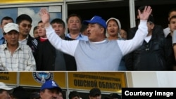 Айтмамат Кадырбаев Ош облустук акимчиликти басып алып, Убактылуу өкмөттү тааныбай турганын жарыялап жаткан учуру. 2010-жыл, 13-май.