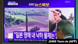Сеулде Солтүстік Кореяның зымыран ұшырғаны туралы телехабарды көріп тұрған адам. Сеул, 15 қыркүйек 2017 жыл.