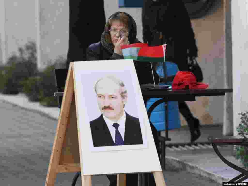 Пікет за Лукашэнку ля гандлёвага дому ў Барысаве.