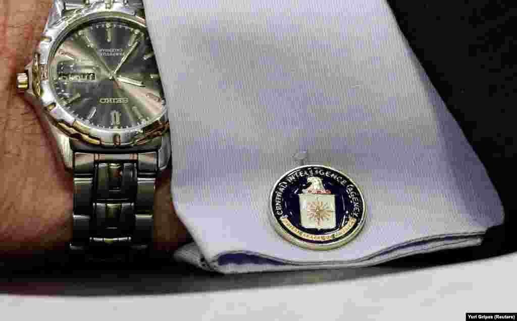 САД - Поранешен офицер на Централната разузнавачка агенција (ЦИА) е уапсен во САД и е обвинет за шпионажа за Кина, соопшти Министерството за правда на САД, на 17 август. Александар Јук Чинг Ма (67) се соочува со максимална казна доживотен затвор ако биде осуден под обвинение за заговор со роднина, исто така поранешен офицер на ЦИА, односно за давање класифицирани информации за национална одбрана на кинеските разузнавачки службеници, се вели во соопштението на Министерството за правда.