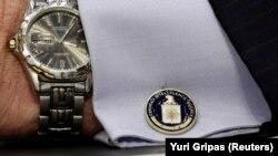 یک دکمه سردست با نشان سیآیای روی پیراهن جان برنان، مدیر سابق سازمان اطلاعات مرکزی آمریکا