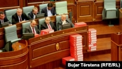 Deputetët e Vetëvendosjes vendosën kutitë me nënshkrime të peticionit kundër Demarkacionit. Prishtinë, 20 mars, 2018