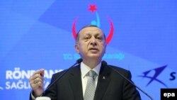 Türkiýäniň prezidenti Rejep Taýyp Erdogan Stambulda çykyş edýär, 21-nji iýul.