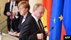 Ресей президенті Владимир Путин (оң жақта) мен Германия канцлері Ангела Меркель Кремльдегі келіссөзден соң баспасөз мәслихатында тұр. Мәскеу, 10 мамыр 2015 жыл.