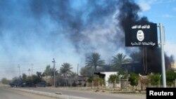 Прапор «Ісламської держави» біля міста Саадія в Іраку після бою, в якому іракські війська визволили місто від ісламістів, 24 листопада 2014 року