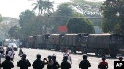 نیروهای پلیس ضدشورش در میانمار که با اعتراضات علیه کودتای نظامی مقابله میکنند