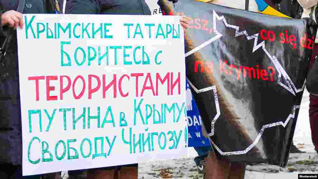 Varşavada Rusiye istilâsına qarşı narazılıq bildirip, Ahtem Çiygoznı azat etmege talap ettiler, 2015 senesi fevral 1 künü