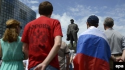 People gather in front of a Lenin statue during a demonstration in the Ukrainian city of Donetsk, where pro-Russian separatists have a substantial foothold, against the national elections on May 25.