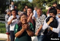 Өзбекстанның қайтыс болған президенті Ислам Каримовтің сүйегін апара жатқан көлікті күтіп тұрған адамдар. Ташкент, 3 қыркүйек 2016 жыл. (Көрнекі сурет)