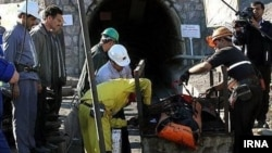 خارج کردن پیکر یکی از معدنچیان کشته شده در معدن «یال شمالی» طبس.