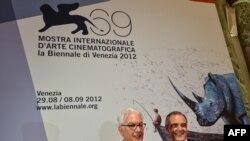 آلبرتو باربرا (راست) پای پوستر جشنواره