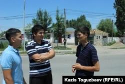 Молодые люди в микрорайоне Шанырак говорят, что они ничего не знают о Шаныракских событиях. Алматы, 29 июня 2018 года.