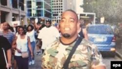 Fotografi e publikuar nga policia e Dallasit ku shihet i dyshuari i mundshëm për sulmet kundër policëve gjatë protestës më 7 korrik