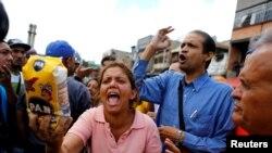 Građani protestuju ispred skladišta hrane u Karakasu, jun 2016.