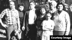 Семья Тамары Рейсиг перед отъездом в Германию стоит перед домом в Слободке, построенным отцом Тамары. 1992 год.