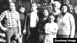 Тамара Рейсигтің отбасы Германияға қоныс аударар алдында Слободкадағы үйлерінің алдында тұр. Қазақстан, 1992 жыл.
