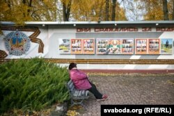 Сталая жанчына адпачывае каля былога кінатэатру «Космас»