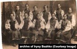 Дівчата, Марія Миколаївна Божко третя у верхньому ряду, якщо рахувати зліва