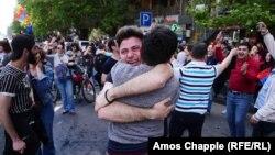 Протестувальники радіють новині про відставку Сержа Сарґсяна, Єреван, Вірменія, 23 квітня 2018 року
