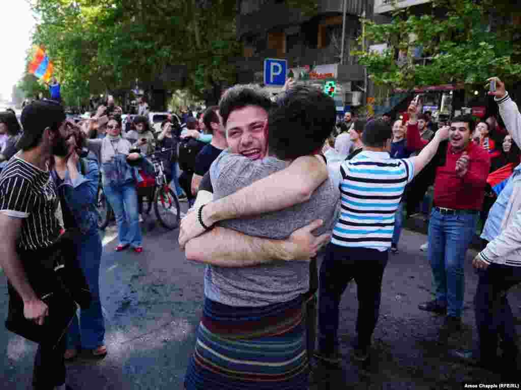 جشن و پایکوبی در ایروان،پایتخت ارمنستان، پس از اعلام خبر استعفای سرژ سرکیسیان از مقام نخست وزیری.