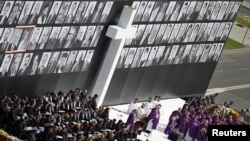 Roman Catholic priests led a memorial service for late Polish President Lech Kaczynski and other plane crash victims on Pilsudski Square in Warsaw on April 17.