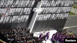 Вівтар у центрі Варшави. На площі Пілсудського були зачитані імена всіх 96 загиблих під Смоленськом, а їх портрети великих розмірів вивісили на спеціальному подіумі