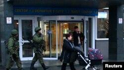 Pushtimi i aeroportit në Krimea