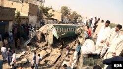 У места столкновения поездов под пакистанским городом Карачи. 3 ноября 2016 года.