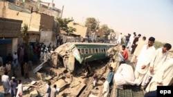 پولیس کراچی میگوید، ریل شرکت فرید ایکسپرس در محل ایستاده بود که ریل شرکت زکریا ایکسپرس از عقب با آن برخورد کرد.