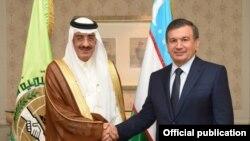 Президент Узбекистана Шавкат Мирзияев с главой ИБР Бандаром Хаджаром.