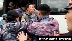 Задержание протестующих в Нур-Султане 9 июня 2019 года, в день досрочных президентских выборов в Казахстане.