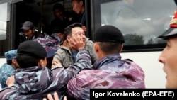 Полицейские задерживают участников антиправительственной акции в день досрочных выборов президента. Нур-Султан, 9 июня 2019 года.