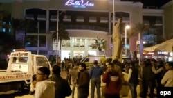 Хургада қаласындағы Bella Vista қонақ үйі алдында тұрған адамдар. Египет, 8 қаңтар 2016 жыл.