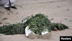 Нигерияда терактілерде қаза болған адамның мәйіті. Кано, 20 қаңтар, 2012 жыл.