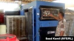 عامل كهرباء يشغل مولدة كهربائية ببغداد