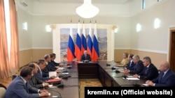 Владимир Путин на совещании с членами Совета безопасности в аннексированном Россией Крыму
