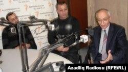 Рафиқ Таги (оң жақтан бірінші) Азаттық радиосына сұқбат беріп отыр. Баку, 24 желтоқсан 2010 жыл