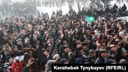 Участники акции протеста требуют объективного расследования событий в Жанаозене. Алматы, 28 января 2012 года.
