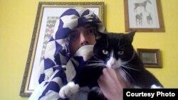 Поэт Алекс Макдональд и его кот Мингус