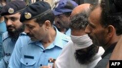 Імама Хафіза Мохаммеда Халіда Чишті (2-й п) ведуть до суду в Ісламабаді, 2 вересня 2012 року