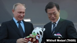 Президент Южной Кореи Мун Чжэ Ин (справа) и президент России Владимир Путин. Владивосток, 6 сентября 2017 года.